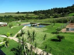 sitio com piscina, açude e área verde