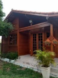Casa de madeira em condomínio fechado