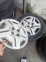 Jogo de rodas de ferro Onix com 4 pneus usados e calotas, COMPLETO!