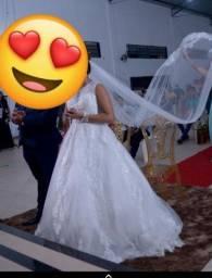 Vestido de noiva e véu.