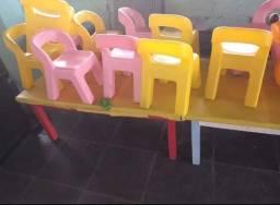 Mesa e cadeirinhas infantis