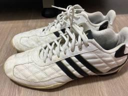 Tênis Adidas em couro