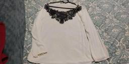Blusa bordada com couro preto