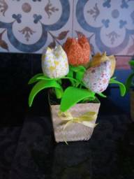 Lindos arranjos com tulipas em tecido