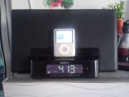 Caixa de som Rádio relógio e um iPod