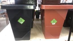 Título do anúncio: Temos vaso de plástico elegance Quadrado tamanho 16,5L somente 28 reais a unidade