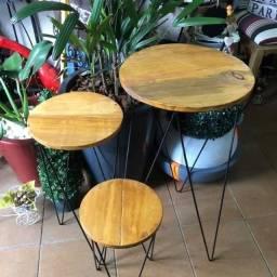 Trio mesas de madeira e ferro