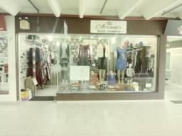 Loja de roupas em galeria de mercado (40.000 completa ) de frente p/ escada rolante
