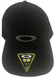 Boné Oakley Tincan Preto Simbolo Preto De Ferro Bombeta 9f6b10a50e2