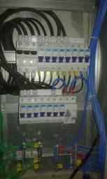 Eletricistas cobrindo orçamento