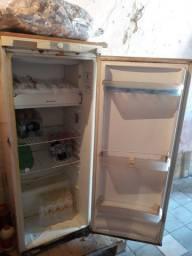 Geladeira Esmaltec boa, barata, gelando e congelando.