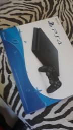 PS4 Slim 500GB na caixa com 2 controles e 8 jogos originais