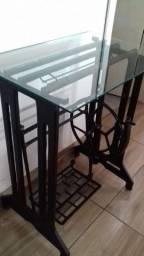 Mesa de Pé de máquina antiga com tampo de vidro