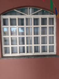 Janela de vidro com grade