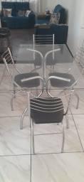Vendo nessa de vidro com 4cadeiras bem conservado R$ 500