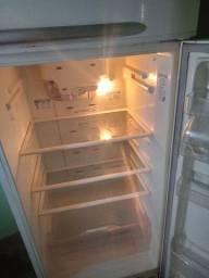 Título do anúncio: Vendo geladeira completa