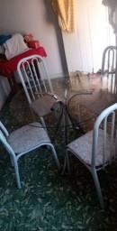 Vendo uma mesa de vidro com 4 cadeiras