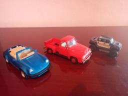 Lote contendo 3 miniaturas de carrinhos em ferro , usados