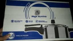 Uma panela de pressão nova na caixa