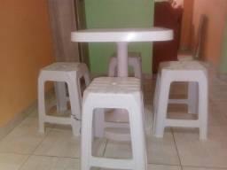 2 conjuntos de mesas e bancos plástico