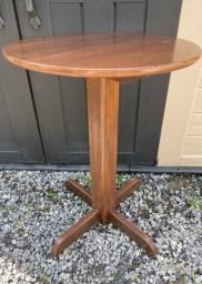 Mesa redonda tipo bar em madeira