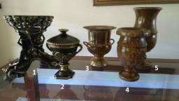 Objetos de decoração: vasos, pote, champanheira, relógio