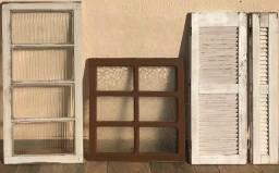 Título do anúncio: Janelas antigas madeira de demolição com vidros - Valores na Descrição.