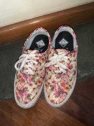 Tênis rosa com estampado floral (estilo vans)