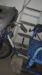 Estou querendo vender umas cadeiras de rodas simples e Triciclo azul que tenho