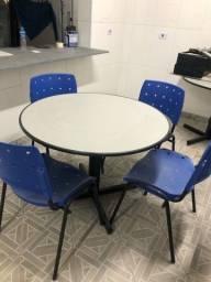 Jogo de mesa redonda com cadeiras