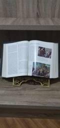 Bíblia sagrada com pedestal