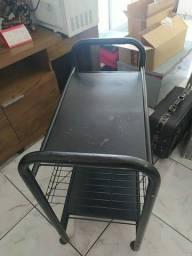 Móvel  preto e cadeira de ferro