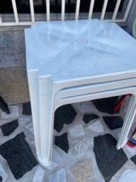 Título do anúncio: Tenho Mesa nova de plástica cor branca no atacado para lanchonete