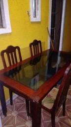 Mesa com seis cadeiras muito boa