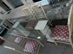 Mesa di vidro com 6 cadeiras.