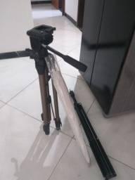 Sombrinha difusora + tripé de câmera profissional.