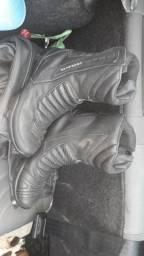 Bota e jaqueta de motoqueiro