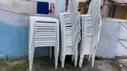 ALUGO jogo de mesas e cadeiras pra festas.