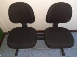 Cadeiras longarinas.