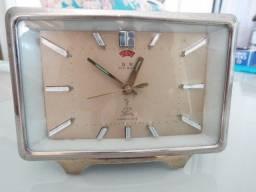 Relógio antigo a corda em metal .
