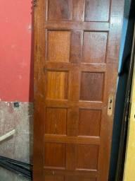 Vende-se porta de madeira maciça 70/2,10