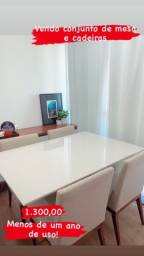 Jogo de mesa com vidro branco e cadeiras