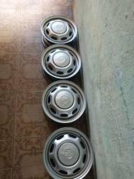 Roda 13 com tampinha de ferro , novinhas ,pneus meio fraco