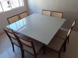 Mesa de jantar ERA com cadeiras de madeira maciça