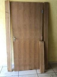 Vendo uma Porta com batente e fechadura,