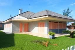 Casa mobiliada com 360 m² a 200 metros do mar em bairro de alto padrão