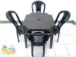 Promoção de mesa com 4 cadeiras plásticas sem braço