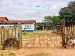 Casa com 3 cômodos, varanda, fogão a lenha, rancho para estabulo e rancho de galinheiro.