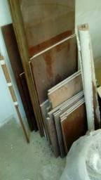 Sobras de madeira maciça de armário - portas e prateleiras