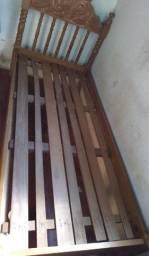 Cama de solteiro em madeira bruta